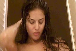 Indian Pornstar Sunny Leone Masturbates in Bathtub