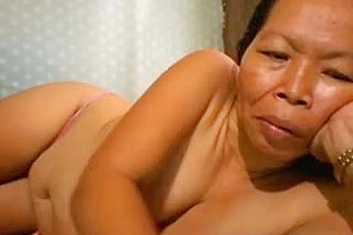 FILIPINA GRANDMA SHOWING HER GOOD MELONS ON WEB CAMERA